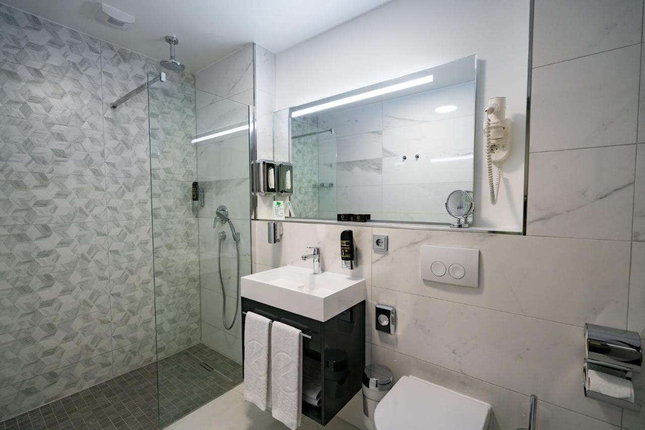 Kreis Resindez Suite bathroom